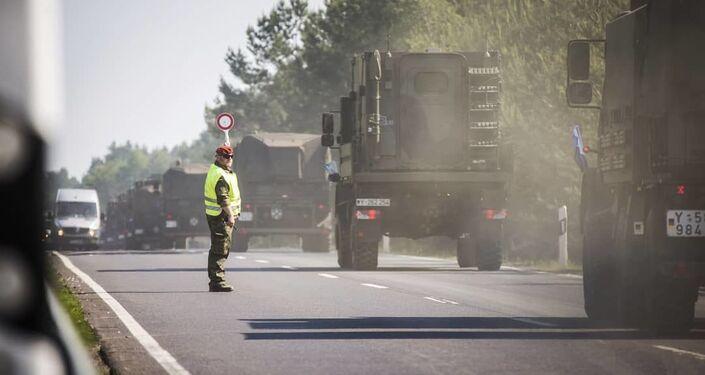 Caminhões militares avançam para o polígono no âmbito dos exercícios militares Noble Jump 19
