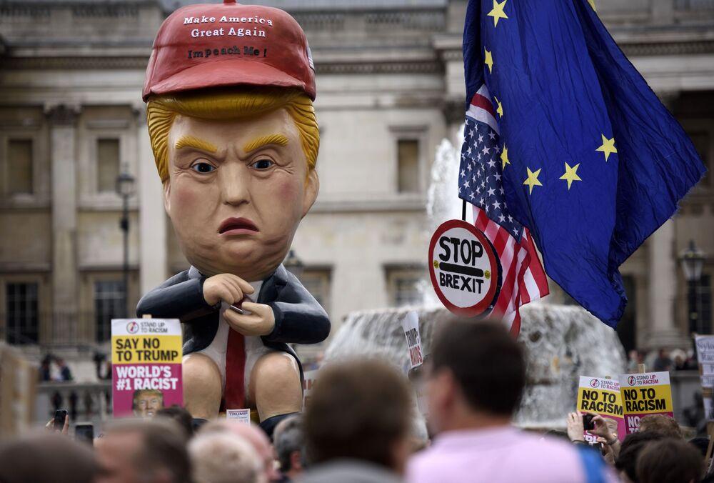 Manifestantes na Trafalgar Square, em Londres, contra a visita oficial do presidente dos EUA, Donald Trump, no Reino Unido