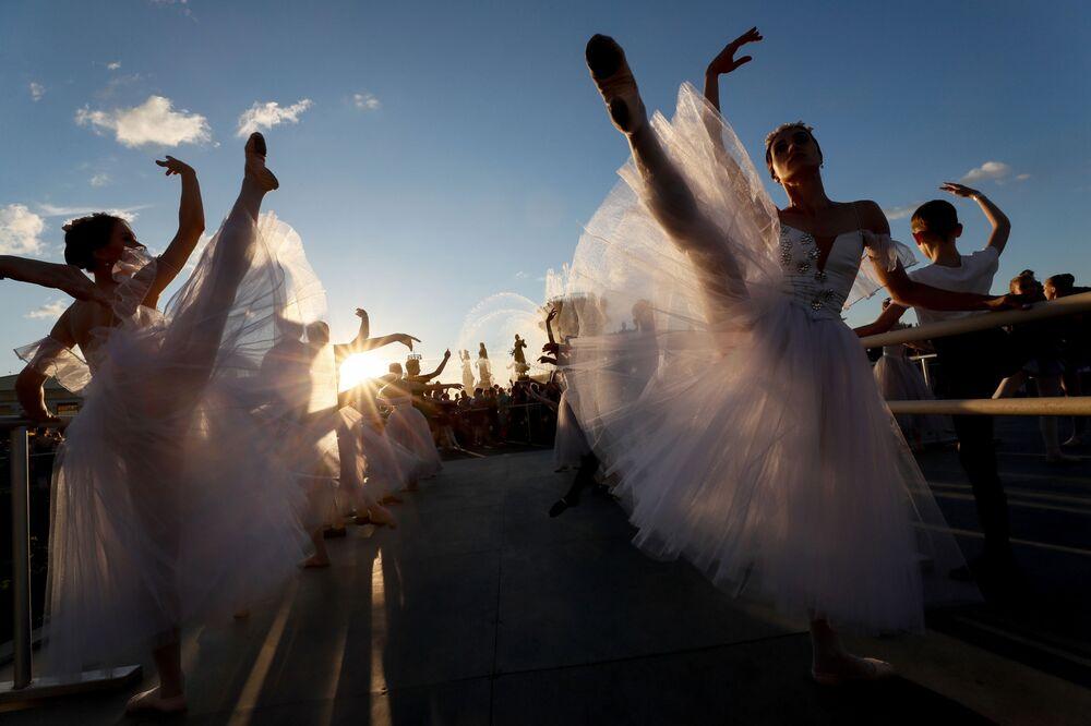 Particiantes de aula de ballet ao ar livre durante o Festival Mundial de Ballet em Moscou, Rússia