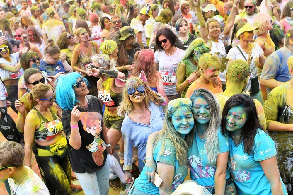 Participantes de uma corrida colorida ao redor do Complexo Olímpico Luzhniki em Moscou, Rússia