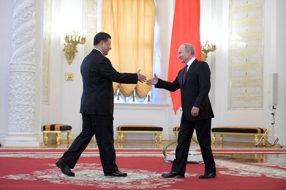 Presidente da China Xi Jinping e o líder russo Vladimir Putin durante cerimônia oficial de boas-vindas no Kremlin, em Moscou, Rússia