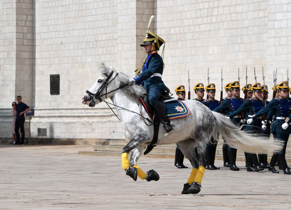 Jovens cavaleiros da escola de equitação do Kremlin na Praça das Catedrais de Moscou, Rússia