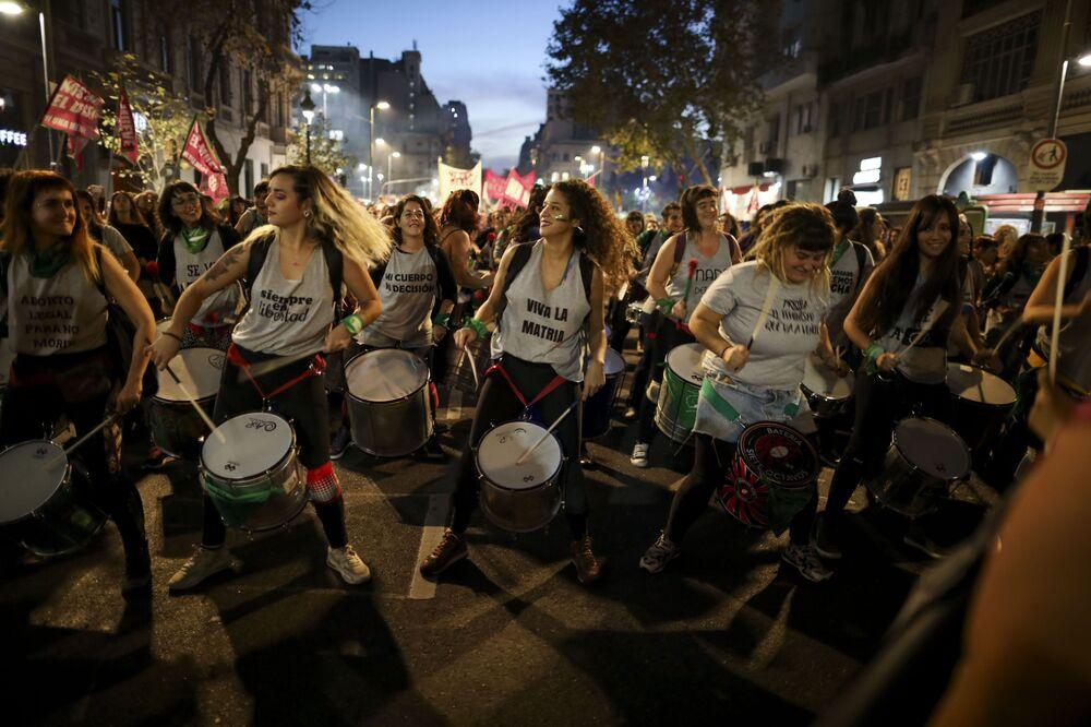 Mulheres tocam tambor durante protesto contra a violência em Buenos Aires, Argentina