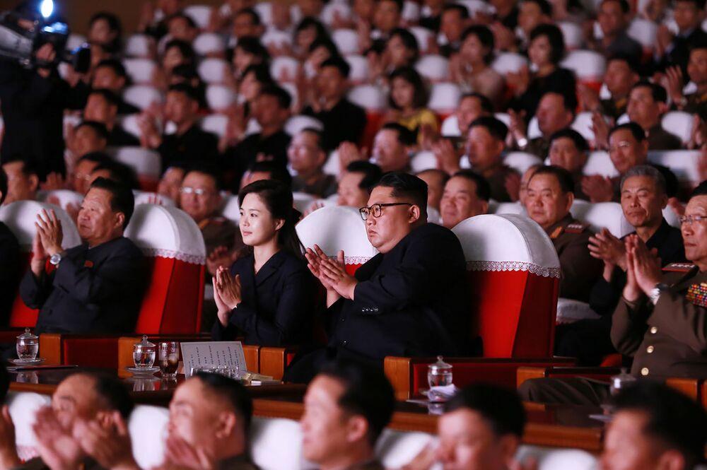 Líder norte-coreano Kim Jong-un durante show do Exército Popular coreano