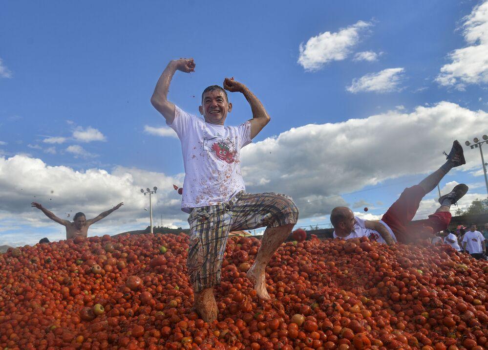 Participantes do 10º Festival anual Tomatina na cidade colombiana de Sutamarchan
