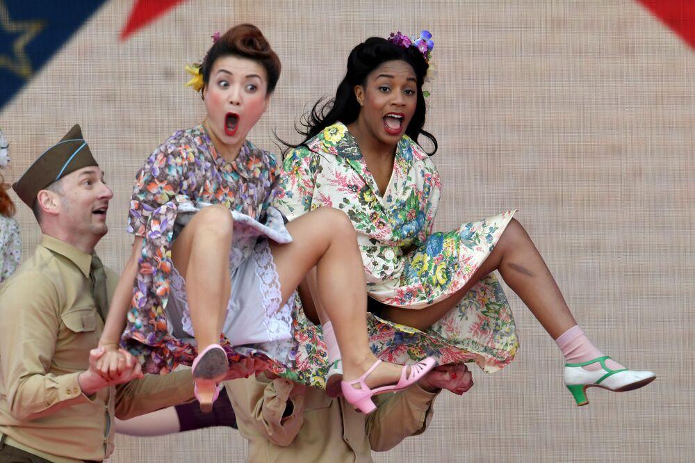 Participantes de performance teatral durante a celebração do 75º aniversário do desembarque dos aliados em Portsmouth, Reino Unido