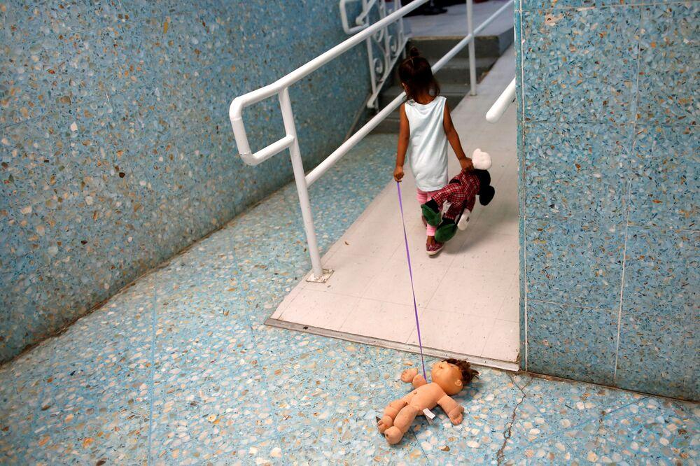 Menina da América Central em albergue católico que oferece abrigo temporário para refugiados centro-americanos em Laredo, Texas