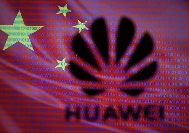 Logotipo da Huawei com bandeira chinesa em segundo plano