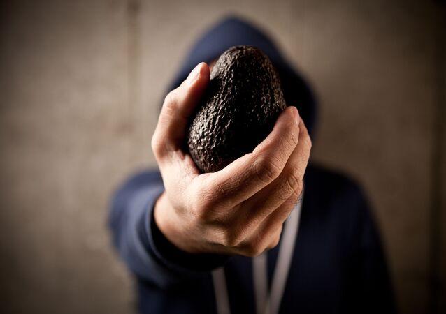 Uma pessoa segurando abacate