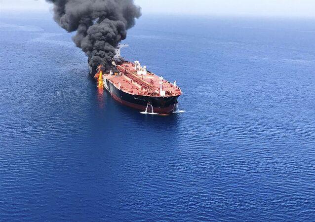 Chamas e fumaça em navio-petroleiro (imagem referencial)