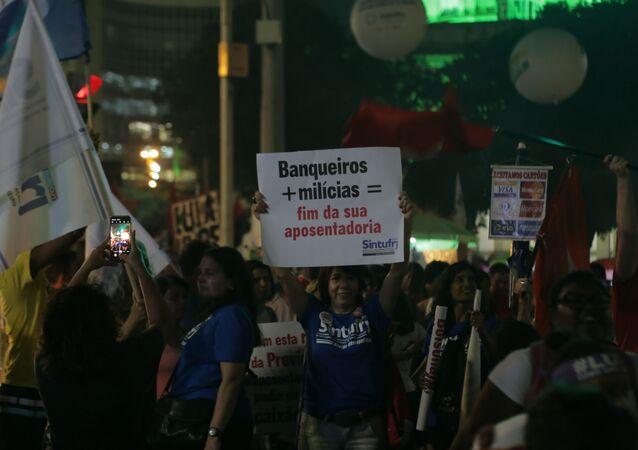 Manifestante manda recado durante dia da Greve Geral no Rio de Janeiro