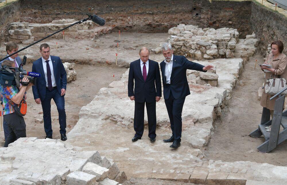 Presidente russo Vladimir Putin no local das escavações arqueológicas no Grande Jardim do Kremlin