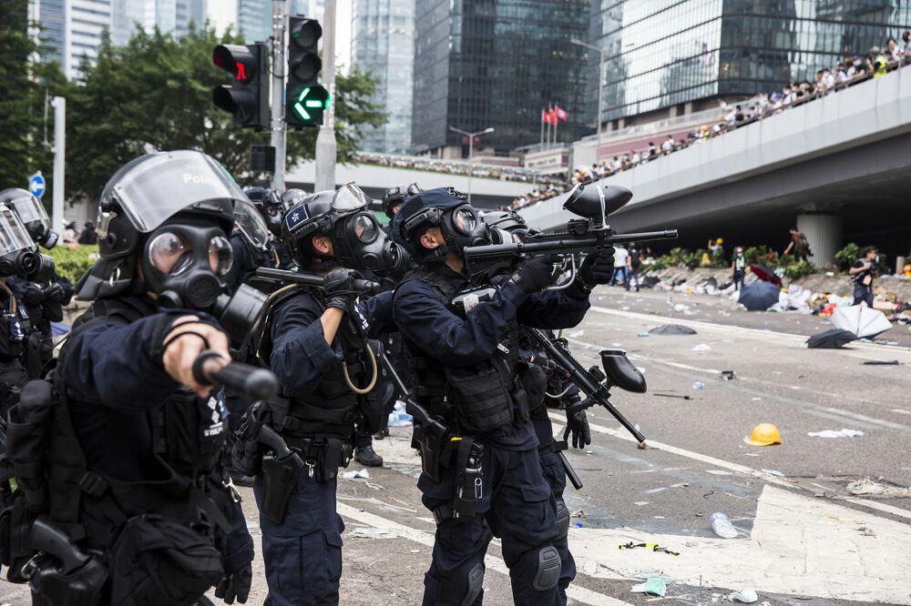 Polícia durante confrontos com manifestantes em Hong Kong, China