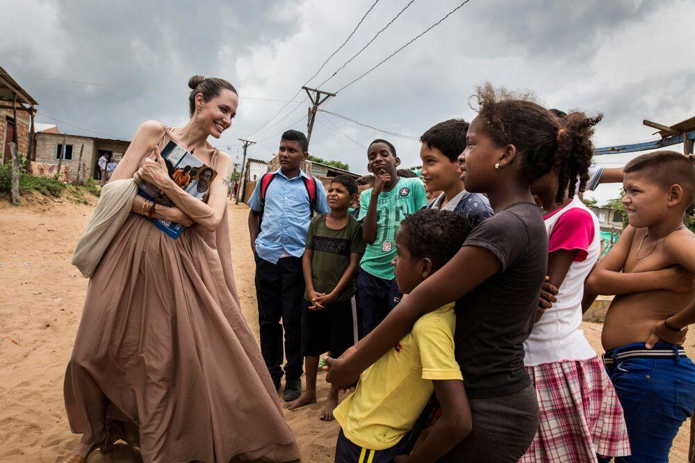 Angelina Jolie, enviada especial da Agência das Nações Unidas para os Refugiados, conversa com crianças em Riohacha, Colômbia