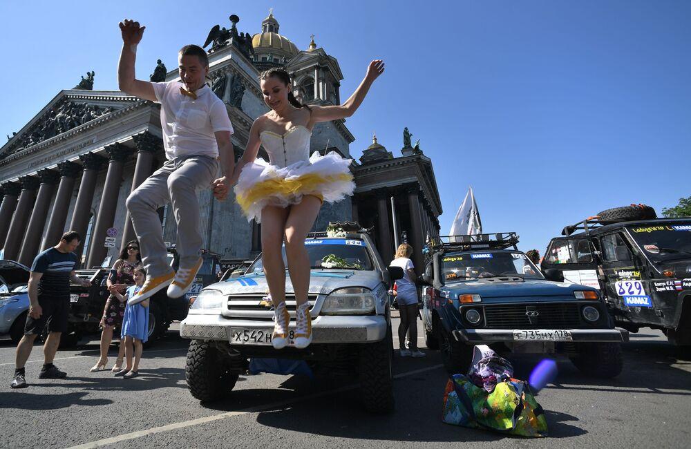 Participantes do festival de corrida SPIEF Drive na praça de São Isaac em São Petersburgo, Rússia