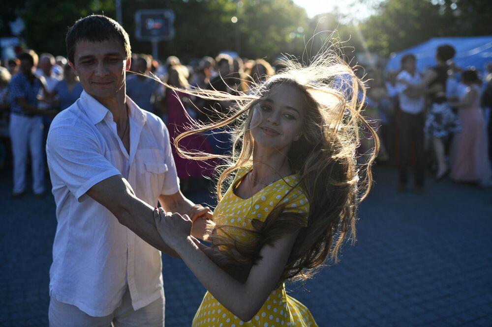Jovens dançando em baile pela cidade na praça Nakhimov em Sevastopol, Rússia