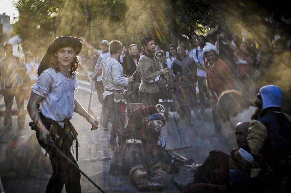 Duelo demonstrativo entre reencenadores russos e italianos em festival em Moscou, na Rússia