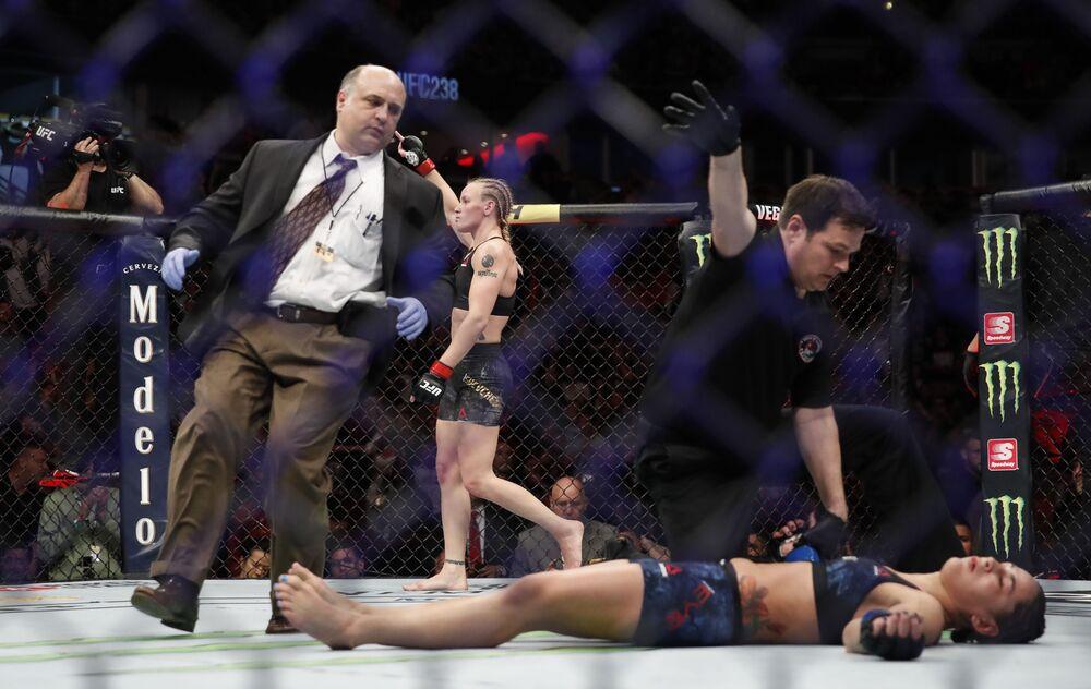 Valentina Shevchenko eliminou Jessica Eye no torneio UFC 238, em Chicago, 8 de junho de 2019