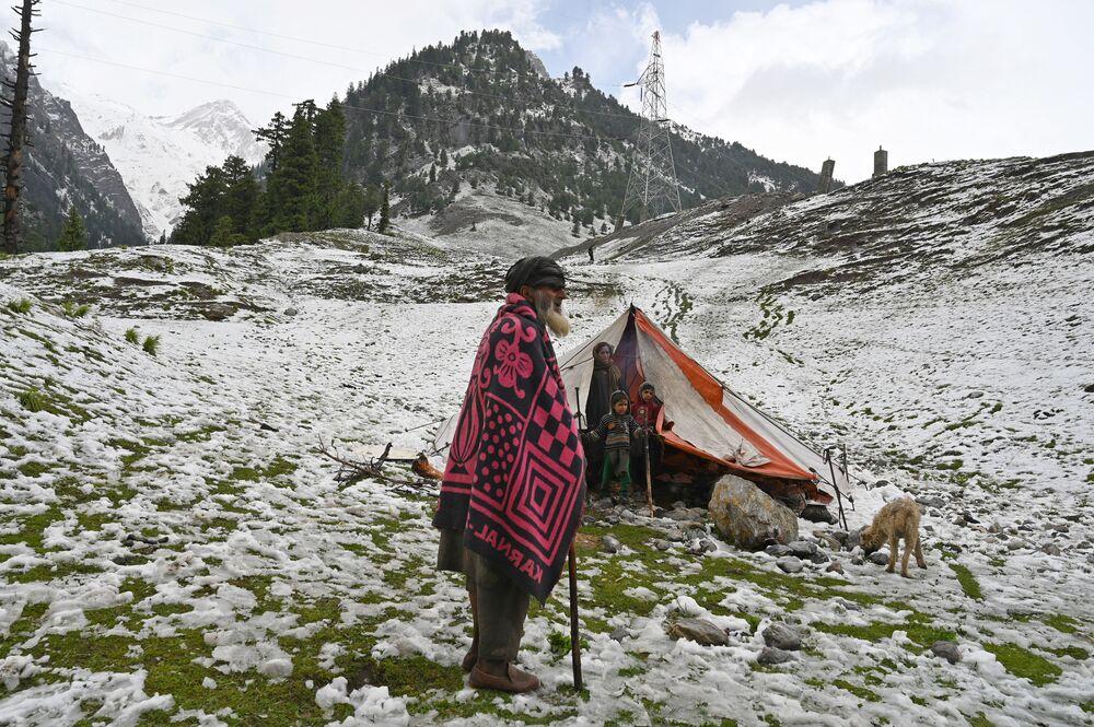 Nômades de Caxemira em barraca após queda de neve no povoado de Sonmarg, Índia