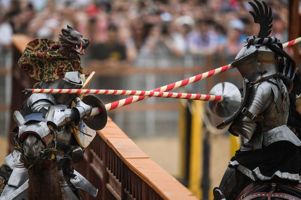 Participantes do 5º Torneio Internacional de Cavaleiros de São Jorge durante festival na Rússia