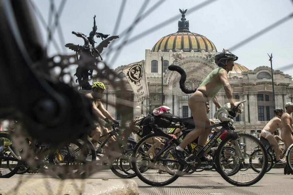 Ciclistas nus percorrem ruas da Cidade do México durante o Dia Mundial do Ciclismo Nu, 8 de junho de 2019