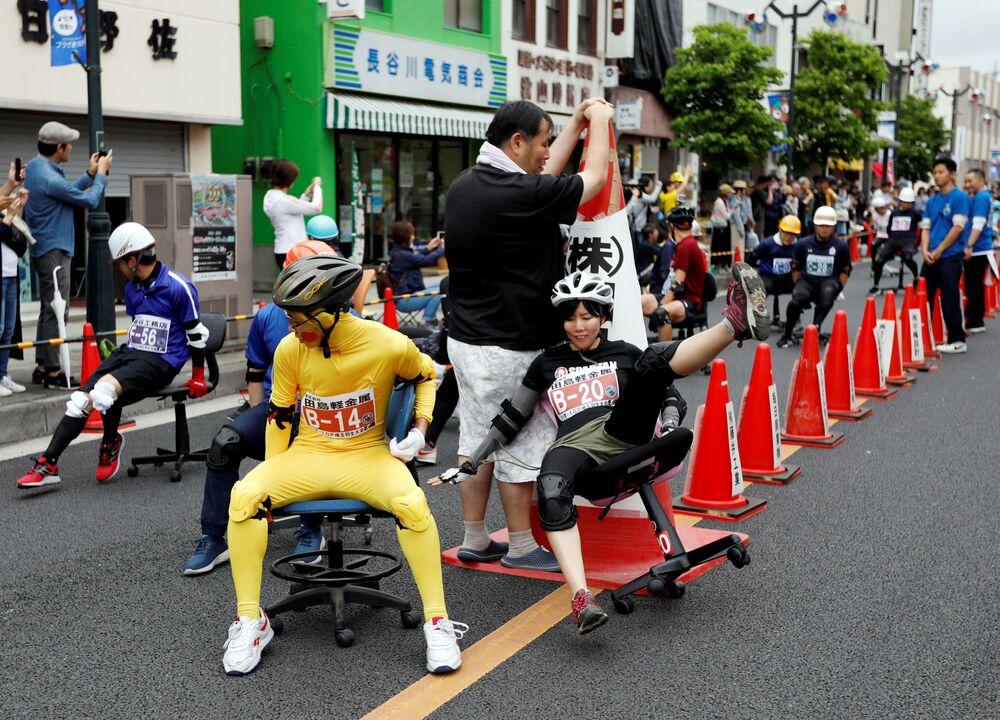 Participantes da corrida de cadeiras de escritório durante o ISU-1 Grand Prix em Hanyu, Japão, 9 de junho de 2019