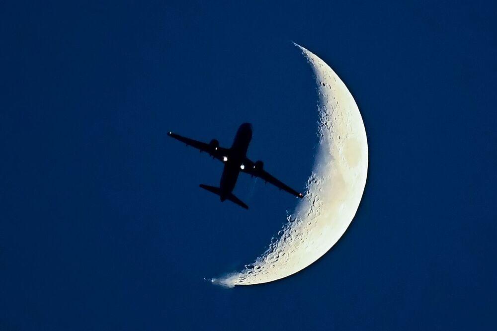 Airbus A320 tendo como pano de fundo a Lua nascente