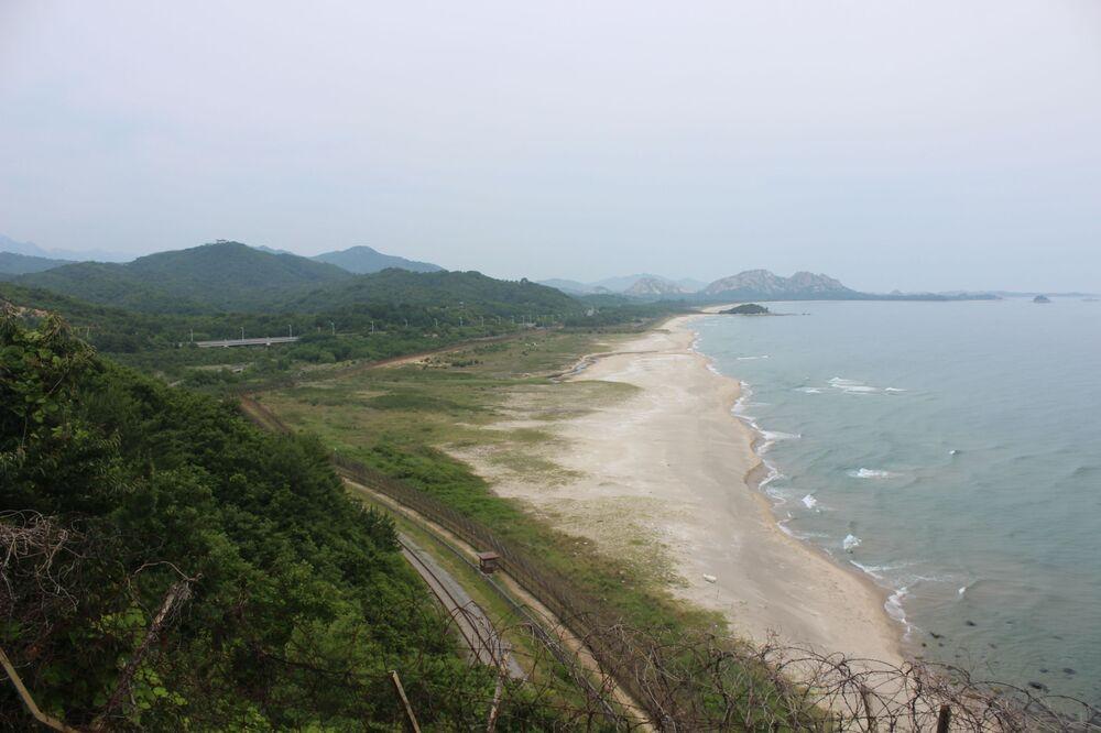 Vista do Norte. O caminho ao longo da ferrovia representa a parte principal da trilha para caminhadas