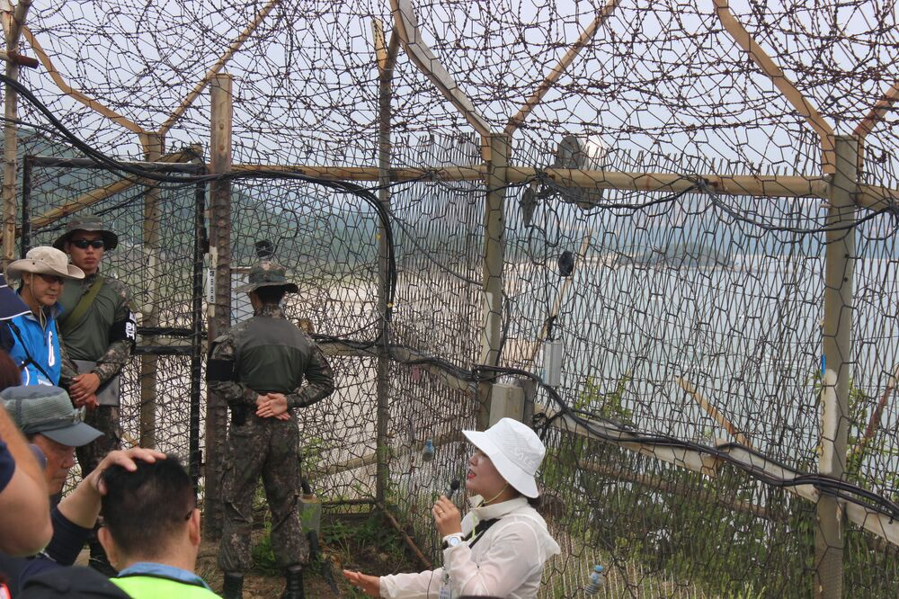Guia dá as últimas instruções antes da entrada na zona que durante mais de 70 anos apenas era acessível para os militares