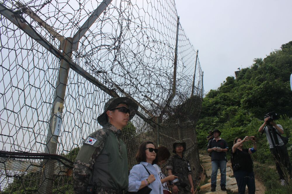 Guardas acompanham os participantes da excursão ao longo de todo o percurso
