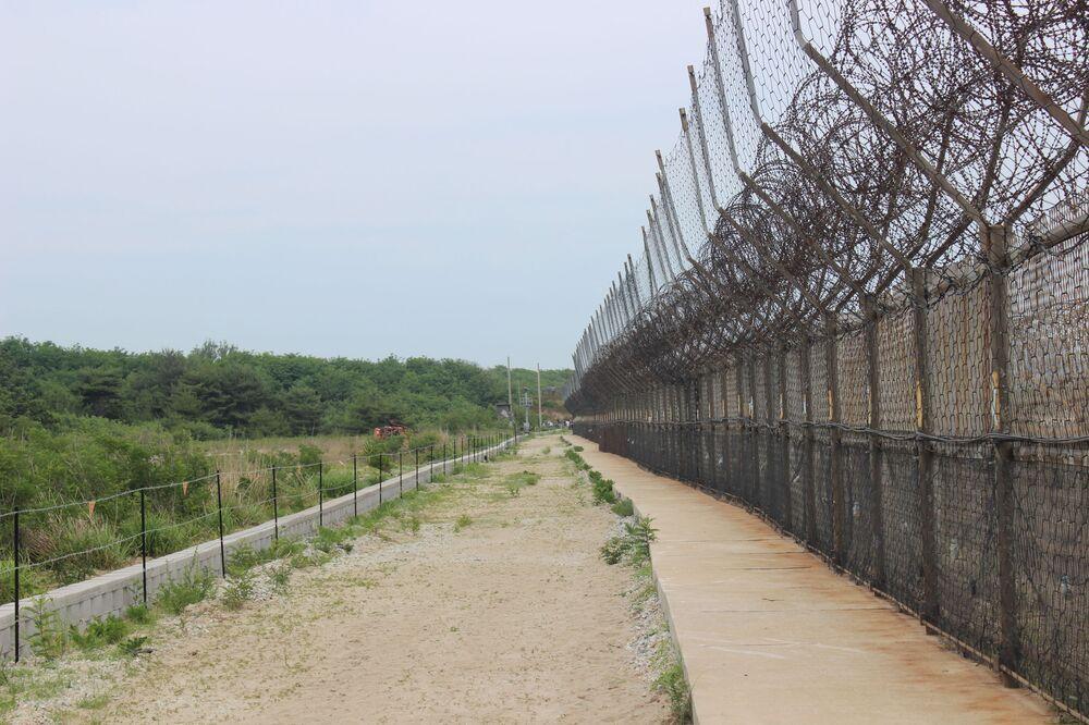 Mas é permitido realizar vigilância dentro da sua zona de dois quilômetros, bem como instalar as minas que cobrem toda a fronteira