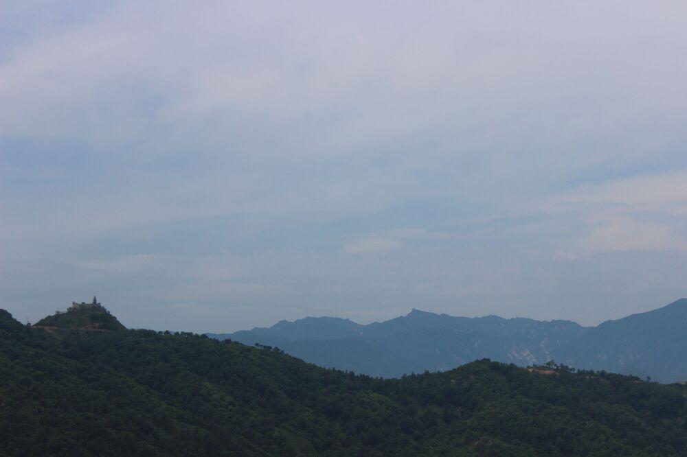 Vista das montanhas de Kumgangsan. No pico à esquerda está o posto de observação mais setentrional dos sul-coreanos. A 500 metros à sua direita antes ficavam os seus colegas norte-coreanos. De acordo com os últimos acordos militares, os norte-coreanos demoliram seu posto. A Coreia do Sul decidiu preservar seu posto como memória histórica