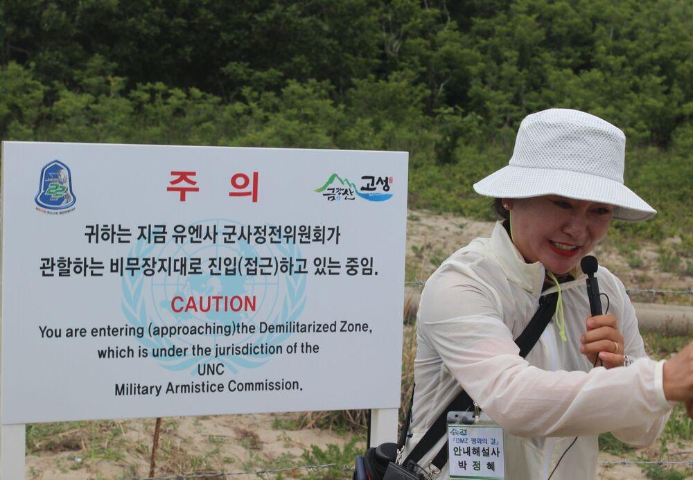 Guia aponta a linha que divide a zona de responsabilidade da Coreia do Sul e a do Comando das Nações Unidas na Coreia, que assinou o acordo de trégua e controla o acesso à fronteira de fato entre as duas Coreias