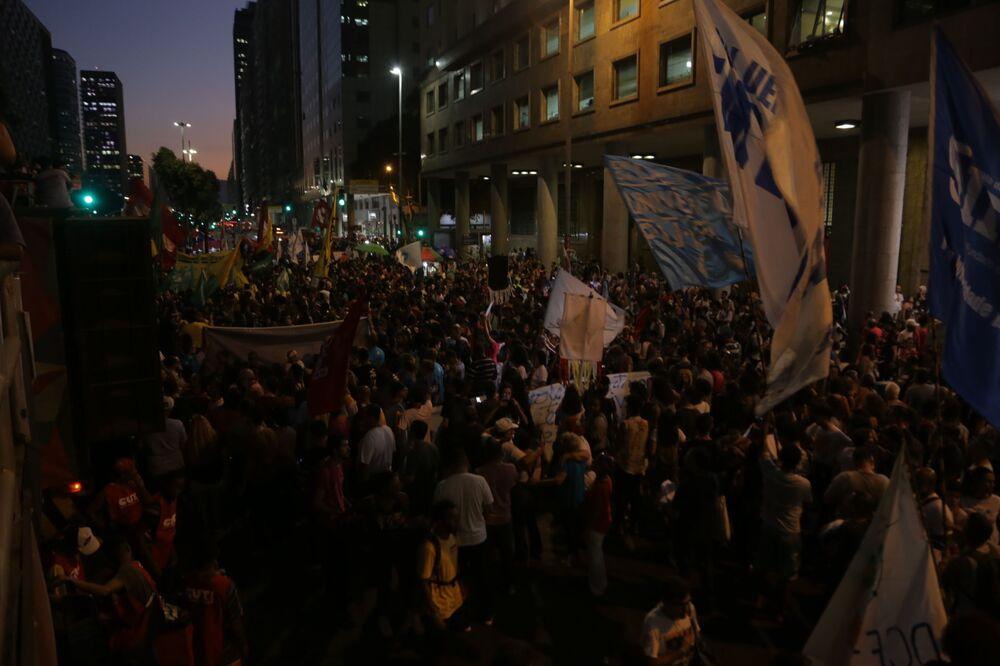 Manifestantes tomam a Av. Presidente Vargas na manifestação contra a reforma da Previdência no Centro do Rio
