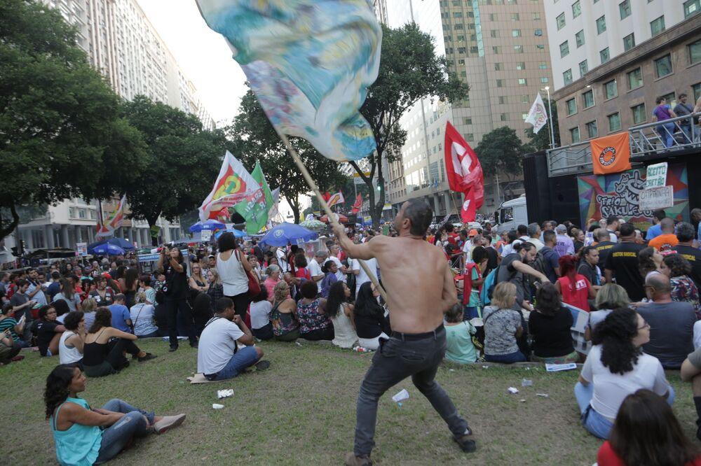 Manifestantes ergue bandeira em ato contra a reforma da Previdência no Rio de Janeiro