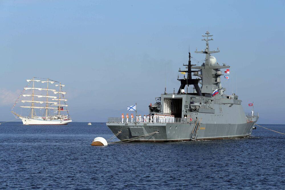 Corveta Sovershenny e veleiro Nadezda na baía Ayaks, perto da ilha Russky
