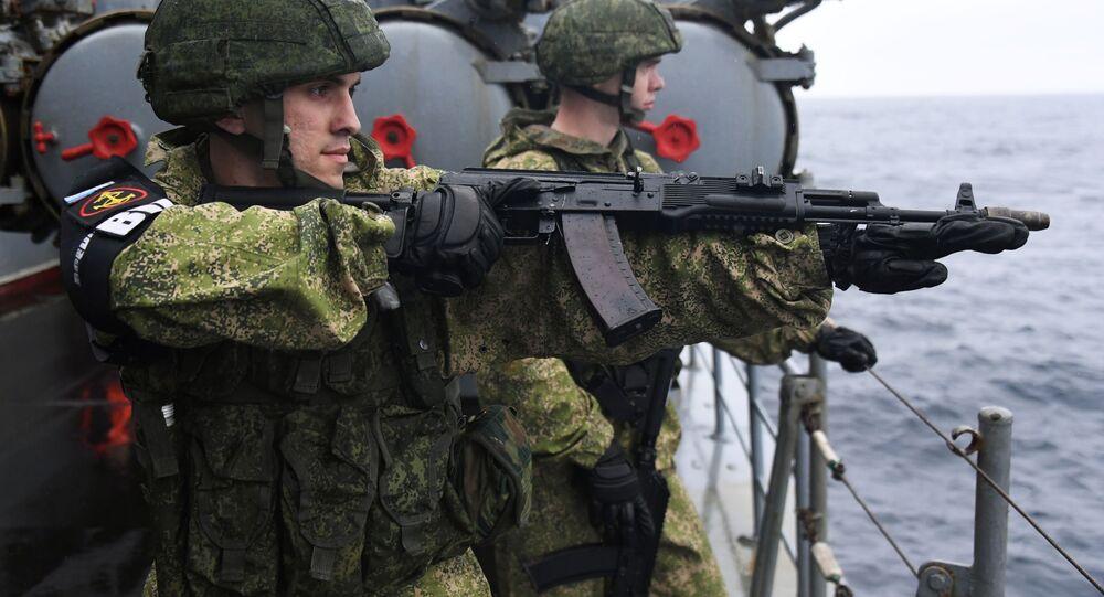 Militares russos durante as manobras conjuntas russo-japonesas SAREX 2019