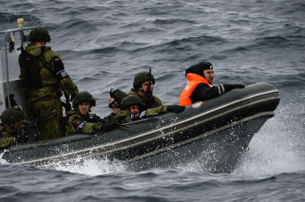 Marinheiros russos durante as manobras conjuntas russo-japonesas SAREX 2019 realizadas nas águas do golfo de Pedro, o Grande