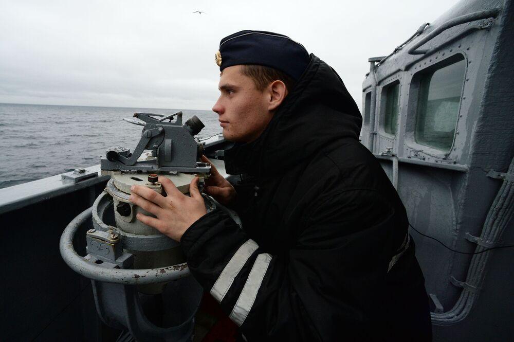 Marinheiro russo durante as manobras de busca e salvamento SAREX 2019