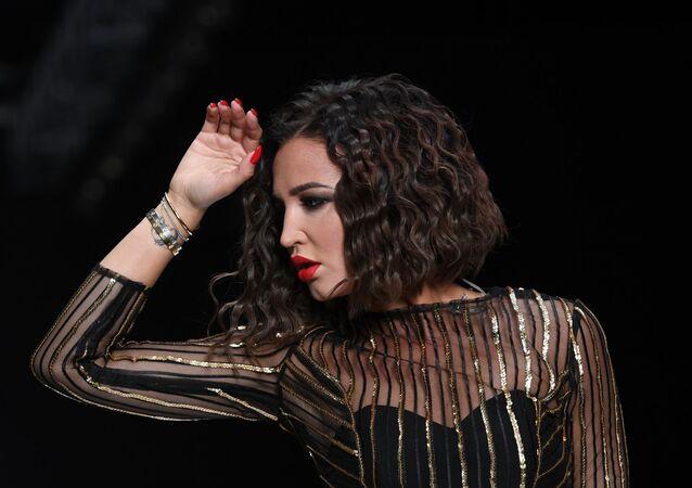 Cantora russa Olga Buzova se apresenta na Rússia Fashion Week em Moscou