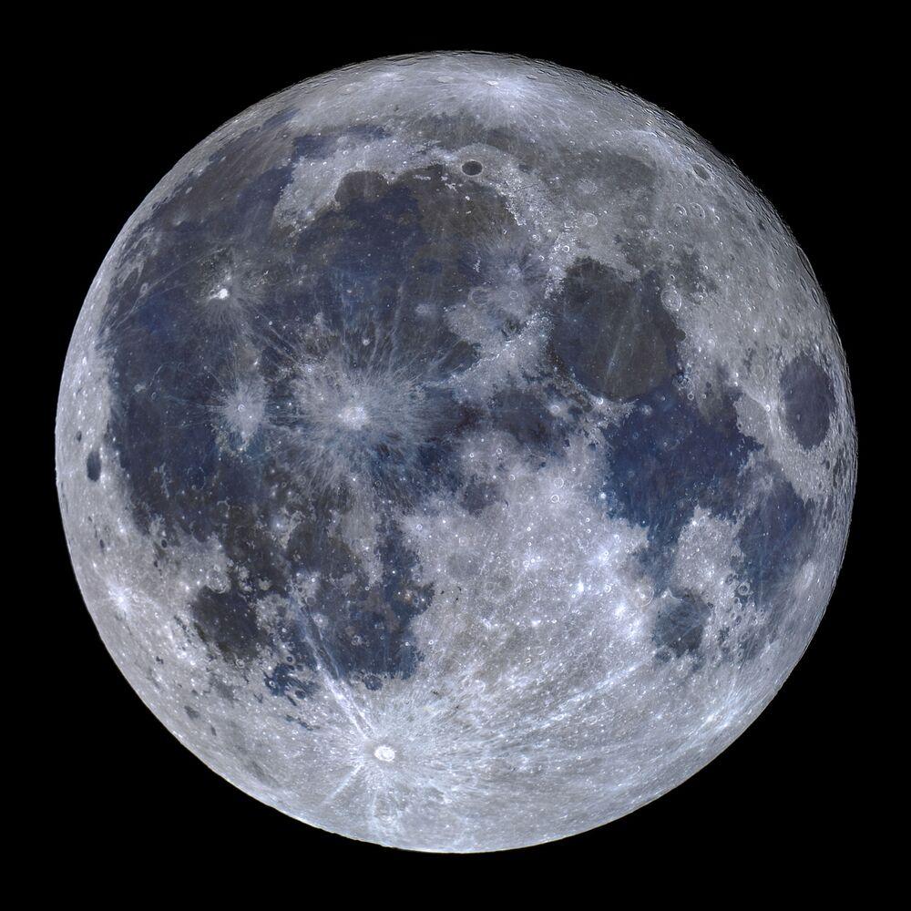 Lua de titânio do fotógrafo português Miguel Claro