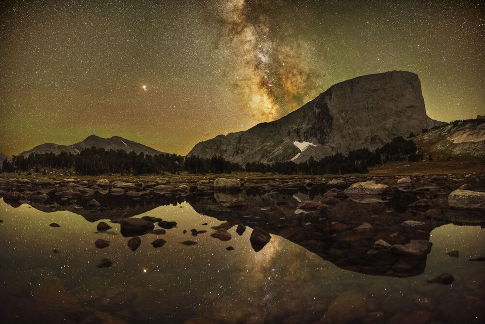 Via Láctea brilhando sobre a montanha Hooker (estado americano de Wyoming). A Foto foi tirada pelo fotógrafo Marc Toso