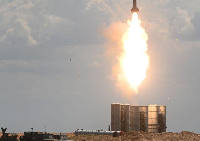 Sistemas de mísseis terra-ar S-300 Favorit do Distrito Militar do Sul durante exercícios militares com o 4º Exército Aéreo e de Defesa Antiaérea no polígono de Ashuluk, na região de Astrakhan