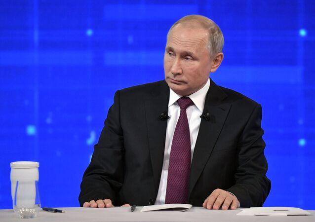 O presidente russo, Vladimir Putin, respondendo às perguntas dos cidadãos durante a linha direta anual, 20 de junho de 2019