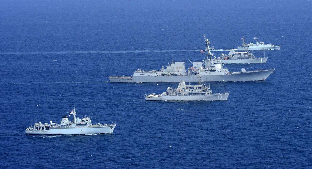 Navios dos EUA e do Reino Unido durante os exercícios do golfo Pérsico (imagem de arquivo)