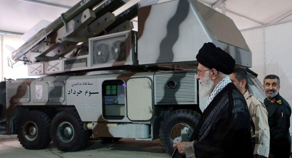 Líder supremo do Irã, aiatolá Ali Khamenei, perto de um sistema 3 Khordad que teria sido usado para abater um drone militar americano