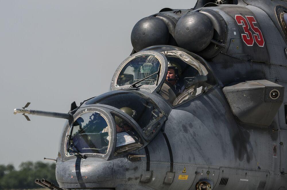 Helicóptero de ataque Mi-35 participa dos exercícios aéreos táticos na região de Krasnodar