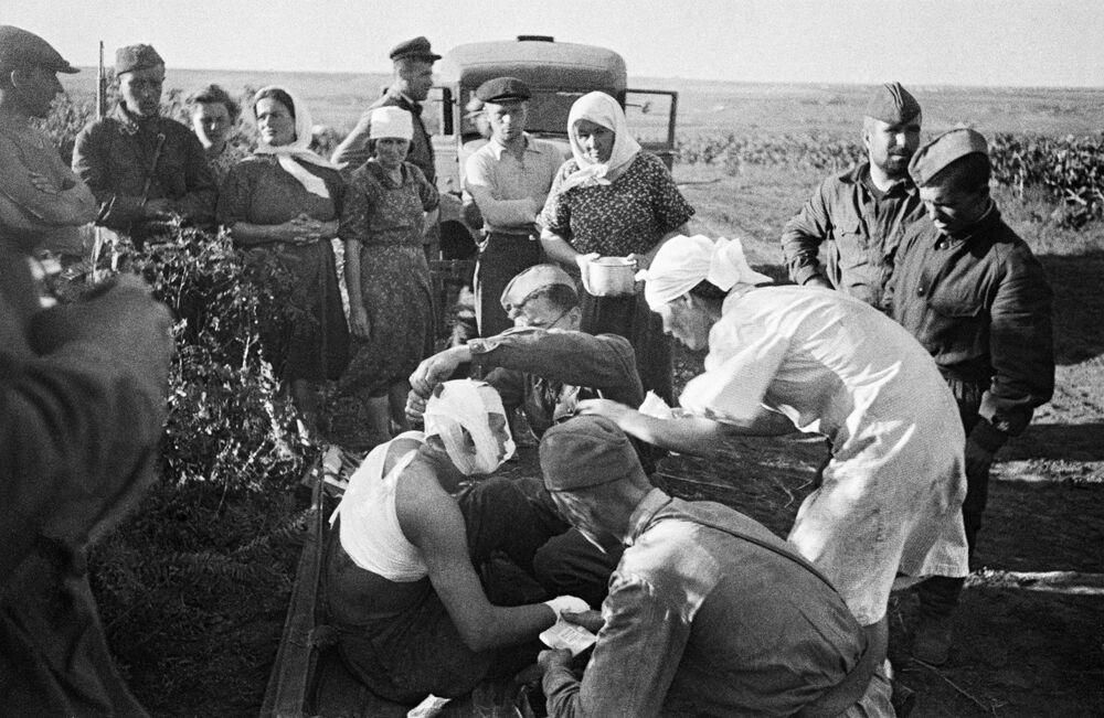 Enfermeiras socorrem primeiros feridos depois de um ataque aéreo dos nazistas