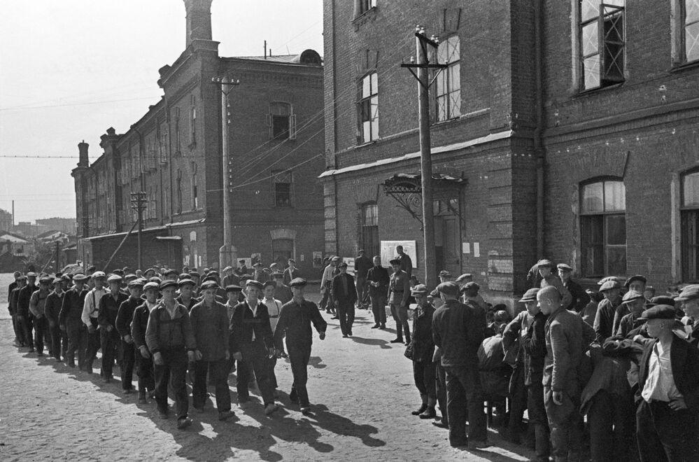 Recrutas durante a mobilização em Moscou, 23 de junho de 1941
