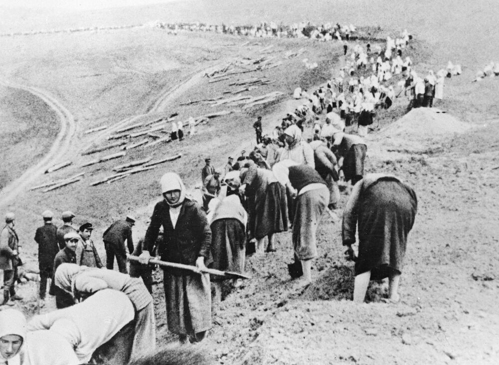 Camponeses constroem linha defensiva perto da linha da frente, junho de 1941